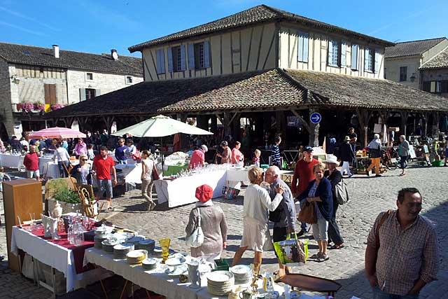 Le marché aux puces de Villeréal, un rendez-vous mensuel.|Photo © Jean-Paul Epinette - icimedia@free.fr