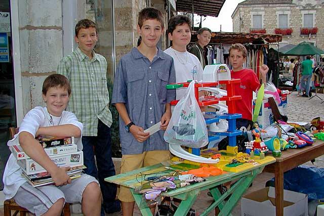 Vide-grenier 2002, les jeunes Villeréalais aussi avaient déballé place de la halle...|Archives © jean-Paul Epinette - icimedia@free.fr