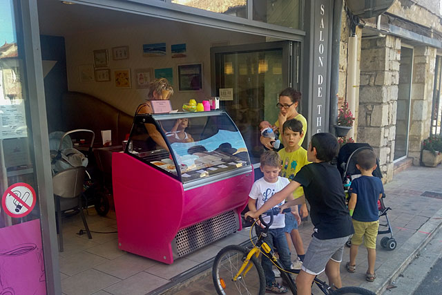 Les glaces de chez Blanchard ont leurs fans !...|Photo © jean-Paul Epinette - icimedia@free.fr