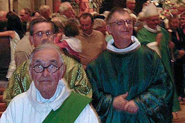 L'abbé Chassaigne lors de son investiture par l'évêque Mgr Herbreteau, l'abbé Camiade, vicaire général, et au premier plan, Hervé Imbert, diacre.|Photo DR