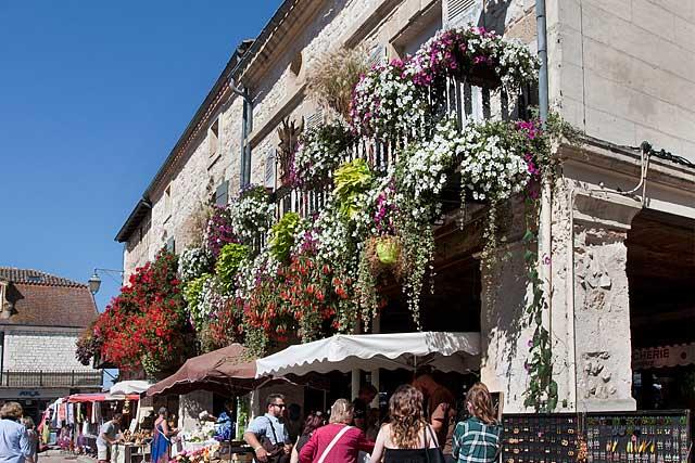 Belles façades place de la halle...|Photo © jean-Paul Epinette - icimedia@free.fr