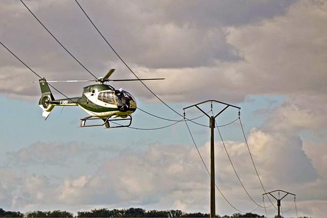 Contrôler le réseau par hélico coûte sept fois moins cher que par la route.|Photo ENEDIS