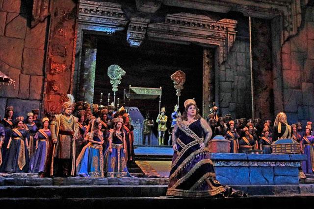 Angela Meade dans le rôle de Sémiramis, reine de Babylone, pour ses débuts au Met... Photo Met Opera New York.