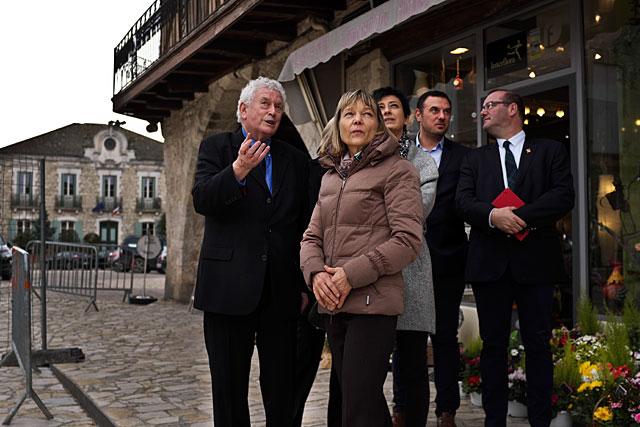 Après sa visite au CFA, Patricia Willaert a découvert le grand chantier d'aménagement des espaces de la bastide de Villeréal...|Photo © jean-Paul Epinette - icimedia@free.fr