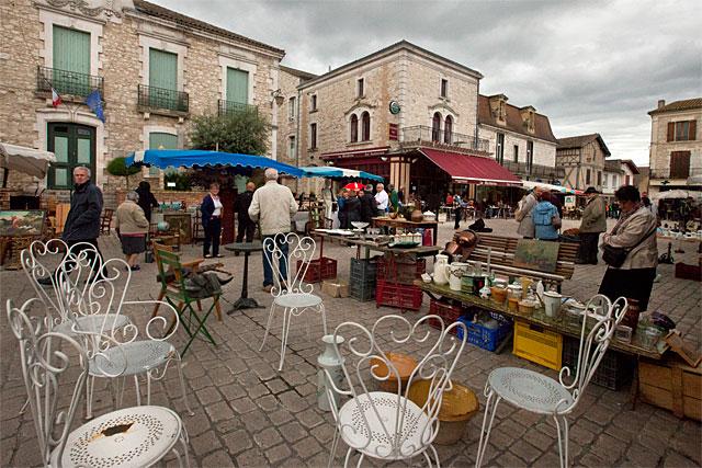 Ciel chargé ou pas, pour les chineurs le rendez-vous du 1er maiL à Villeréal est sacré. -|Photo © jean-Paul Epinette - icimedia@free.fr