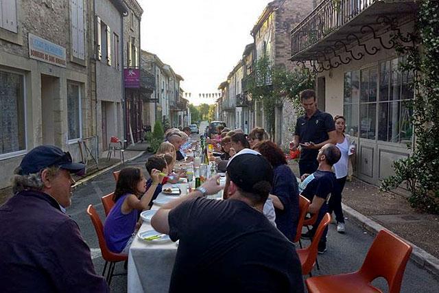 Les voisins de la Rue du Dropt ont pris possession de la chaussée et dressé le couvert !...|Photo DR