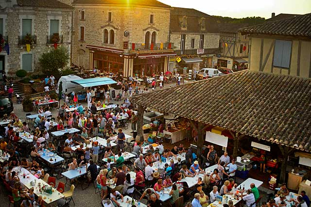 Chaque été, le marché gourmand des prodiucteurs de pays déborde largement sur la place de la halle...|Photo © jean-Paul Epinette - icimedia@free.fr