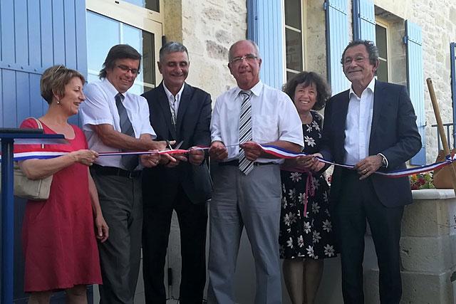 Le maire, Alain Lacour, et les élus ont coupé le ruban de la nouvelle école de Montaut.|Photo © Pierre-Antony Epinette - icimedia@free.fr
