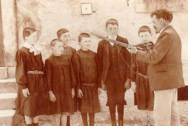 Défendre la patrie, prendre sa revanche sur 1870... à l'école de Lougratte on découvre le fusil.|© Coll. particulière - icimedia@free.fr