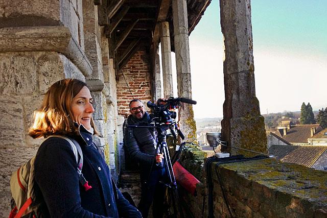 Clémence Rabeau, journaliste, et son caméraman, Frédéric Sudry, on tenu à découvrir la bastide du haut du clocher...|Photo © Jean-Paul Epinette - icimedia@free.fr