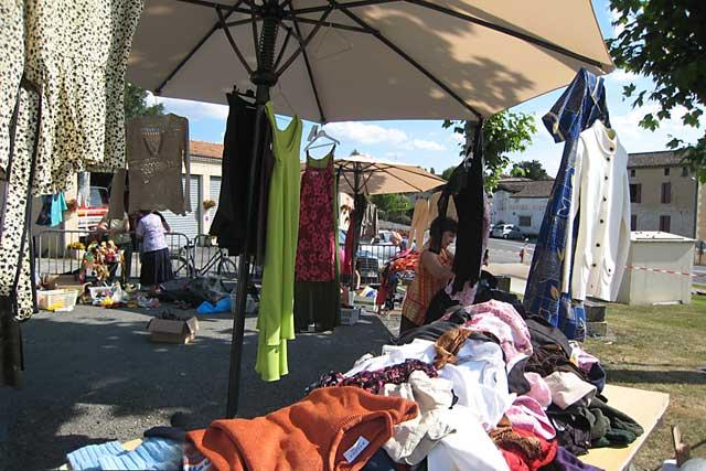 Les bonnes affaires proposées par le comité local de la Croix Rouge offrent l'opportunité d'un geste solidaire...|Archives © Jean-Paul Epinette - icimedia@free.fr