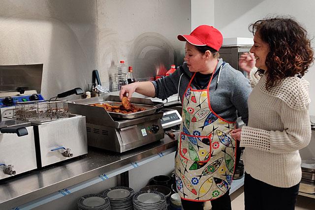 Aux fourneaux, Carina et Marie-Jo surveillent la cuisson des rissois de viande et de crevette... Photo © Jean-Paul Epinette.