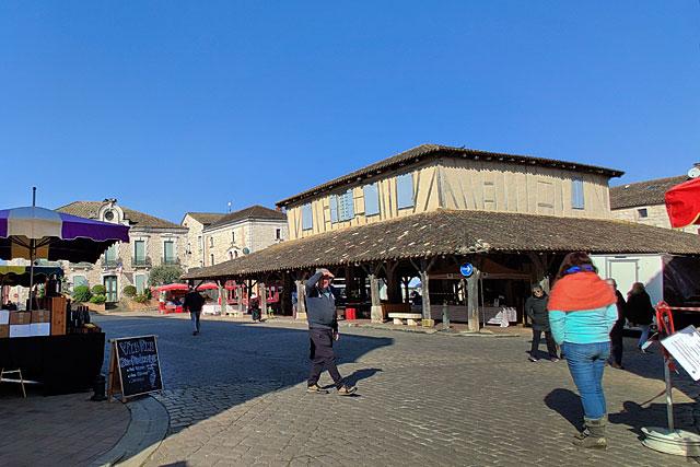 Image unique : en 750 ans, rarement la place de la halle n'a offert un tel visage un jour de marché...|Photo © Jean-Paul Epinette.