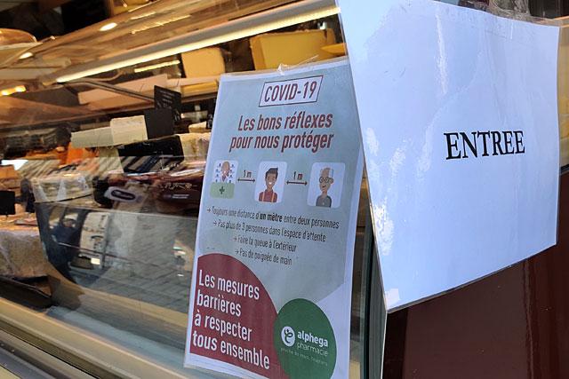 Comme le fromager, les commerçants du marché ont accompli un effort considérable pour canaliser leur file d'attente et imposer la distanciation entre clients...|Photo © Jean-Paul Epinette.