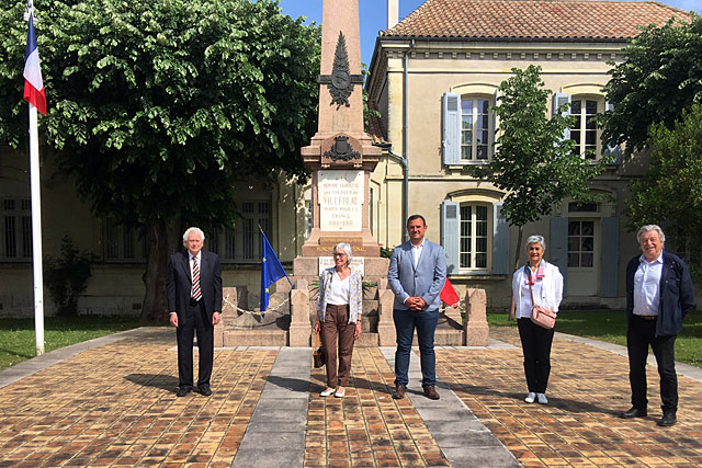 Le(s) maire(s) de Villeréal et les adjoints, pour un 8 mai semblable à nul autre auparavant : confiné. Photo © Mairie de Villeréal