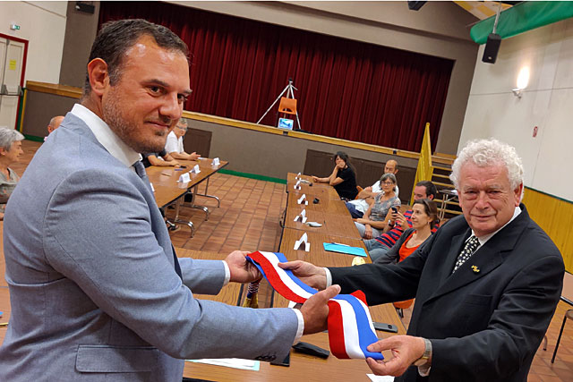 Guillaume Moliérac élu maire de Villeréal, Pierre-Henri Arnstam lui transmet l'écharpe tricolore... Photo © Jean-Paul Epinette.