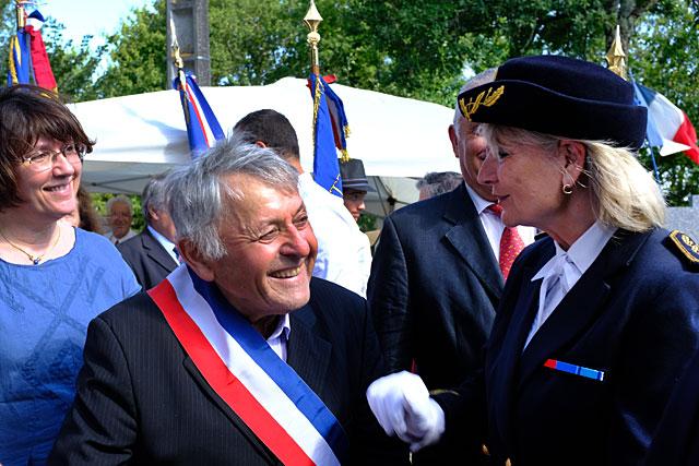 Guy Chabronnerie, lors de l'inauguration de la Maison de la Résistance, le 14 juillet 2019, invite la sous-préfète à la visite. - |Photo © Jean-Paul Epinette.