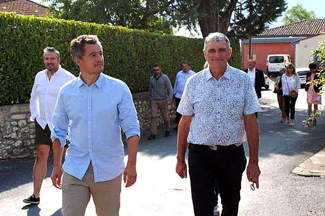Dans les rues de Montaut, le maire, Alain Lacour, et Gérald Darmanin, le ministre de l'Intérieur...|Photo © Pierre-Antony Epinette.