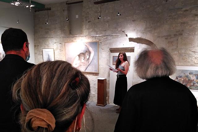 Lorène Menguelti a dit l'un de ses textes devant un tableau de Gilles Sacksick...|| Photo © Jean-Paul Epinette