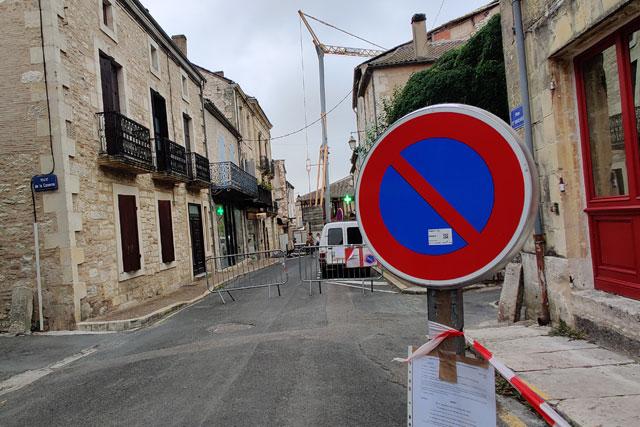 La circulation rue Saint-Michel est interdite et le stationnement limité...   Photo © Jean-Paul Epinette